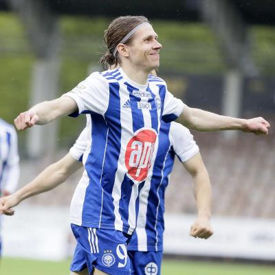 Riku Riski juhlii maaliaan FC Lahtea vastaan.