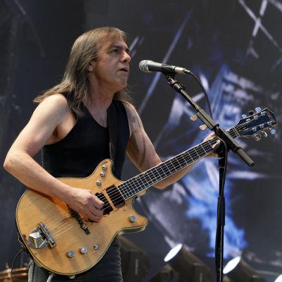 Malcolm Young spelar gitarr.