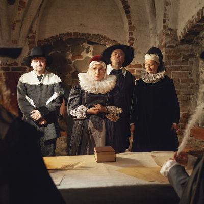 Några människor i gammaldags kläder.