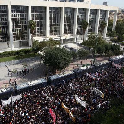 Ihmisjoukko kadulla oikeustalon edessä ilmasta kuvattuna