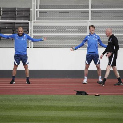 Teemu Pukki ja Rasmus Schuller harjoittelevat.