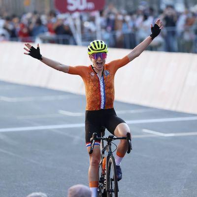 Annemiek van Vleuten sträcker armarna i luften.
