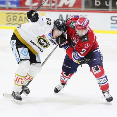 Kristian Vesalainen kämpar mot Markus Kankaanperä.