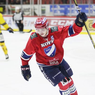 Rödklädde HIFK-spelaren Janne Hämäläinen firar sitt första hockeyligamål.