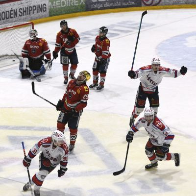 Ketteräs Roope Mäkitalo har precis avgjort matchen i den fjärde finalens förlängning.