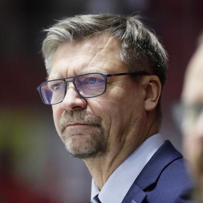 Jukka Jalonen ser bestämd ut