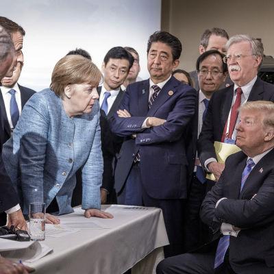 Frankrikes president Emmanuel Macron, Tysklands förbundskansler Angela Merkel och Japans premiärminister Shinzo Abe talar till USA:s president Donald Trump under G7-mötet.