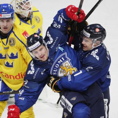 Mikko Lehtonen och Juho Lammikko firar mål.