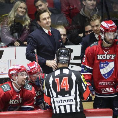 HIFK:s chefstränare Ville Peltonen snackar med domaren.