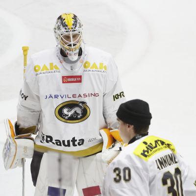 Patrik Rybar i vit Kärpättröja åker mot spelarbåset.