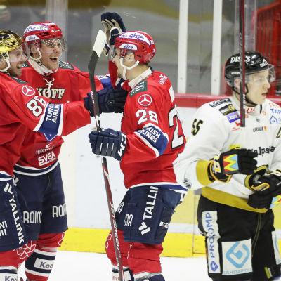 HIFK-spelare firar mål inför hemmapubliken.