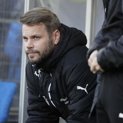 Peter Lundberg sitter på IFK Mariehamns bänk