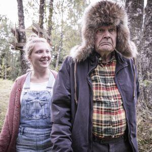 Kverulanten och hans barnbarn Sofia på promenad i skogen.