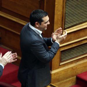 Greklands premiärminister Alexis Tsipras och utrikesminister Giorgos Katrougalos applåderar parlamentet beslut att godkänna namnavtalet med Makedonien