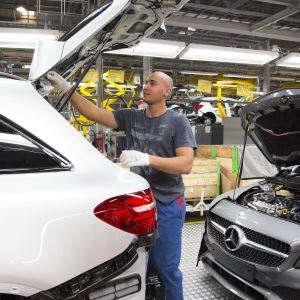 Också bilfabriken i Nystad skulle påverkas av amerikanska tullar för bilar importerade från EU. Arkivbild från Valmet Automotive Oy i Nystad från februari 2017.