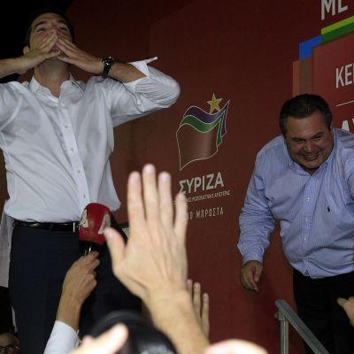 Syrizan puheenjohtaja Alexis Tsipras lähettää lentosuukon kannattajilleen vaalivoittojuhlissa.