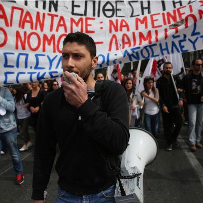 Kreikkalaiset osoittavat mieltään säästöjä vastaan.