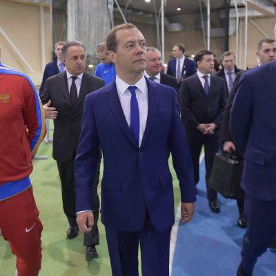 Dmitri Medvedev vieraili venäläisurheilijoiden leirityksessä.