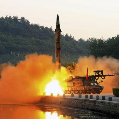 Pohjois-Korean valtiollisen uutistoimiston välittämä kuva ohjuksen laukaisemisesta 30. toukokuuta.