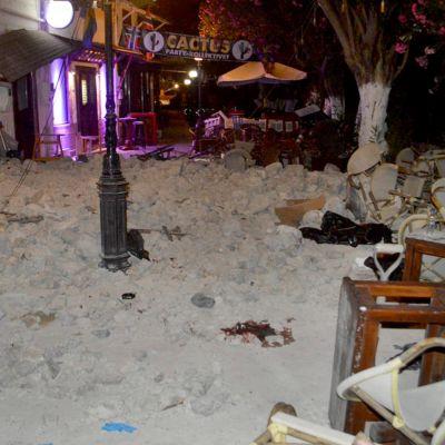 Rörigt utanför kafé på Kos efter jordbävning.