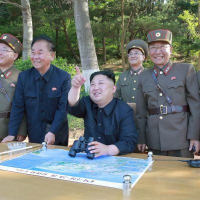 Pohjois-Korean johtaja Kim Jong-un seuraa ohjuskoetta toukokuussa 2017