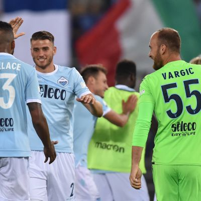 Wesley Hoedt juhlii Lazion kanssa voittoa Italian supercupissa.