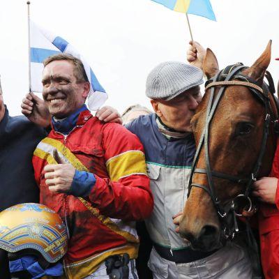 Ohjastaja Björn Goop, valmentaja Timo Nurmos ja ravihevonen Readly Express juhlivat Prix d'Ameriquen voittoa.