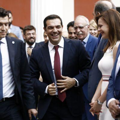 Det var idel glada miner i Bryssel förra veckan då eurogruppen beslöt om lättnader så att Grekland kan lösgöra sig från det åtta år långa stödprogrammet. Premiärminister Alexis Tsipras i mitten
