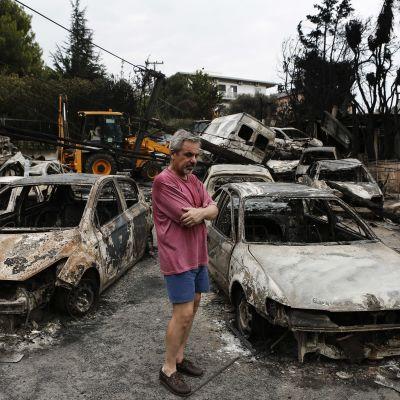 Utbrända bilar efter häftig skogsbrand i Mati öster om Aten.