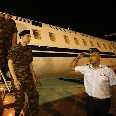 Löjtnanten Aggelos Mitretodis och sergeanten Dimitros Kouklatzis som flög hem med regeringens plan landade i Thessaloniki tidigt på tisdag morgon