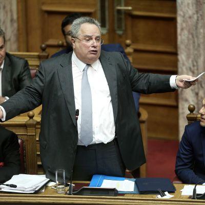 Utrikesminister Nikos Kotzias  och premiärminister Alexis Tsipras  i parlamentet i juni under en debatt om namnfrågan