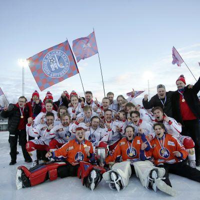 JPS juhlii jääpallon Suomen mestaruutta