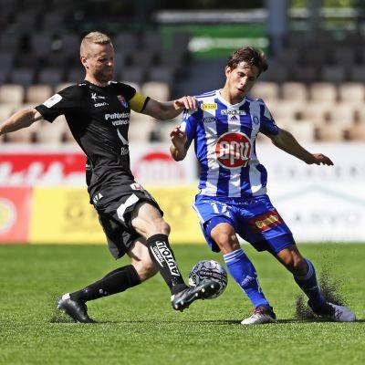 Juho Mäkelä kämpar om bollen med Sebastian Dahlström.