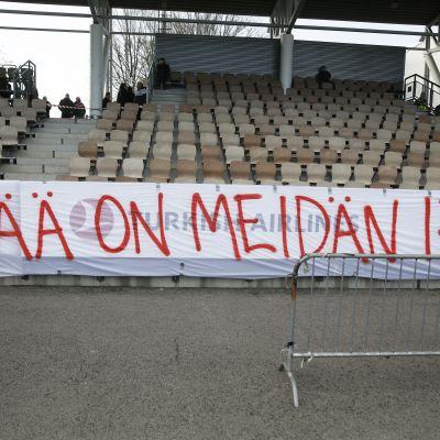 HIFK-fanit protestoivat seuraenemmistön myymistä epämääräisille tahoille.