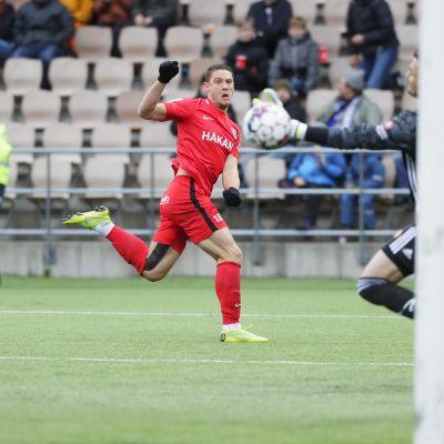 Filip Valencic ampui voittomaalin HJK:n verkkoon.