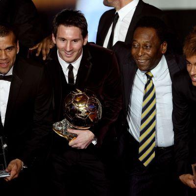 Keskellä Lionel Messi ja futislegenda Pele. Kuva on Fifan Ballon d'Orista vuodelta 2011.