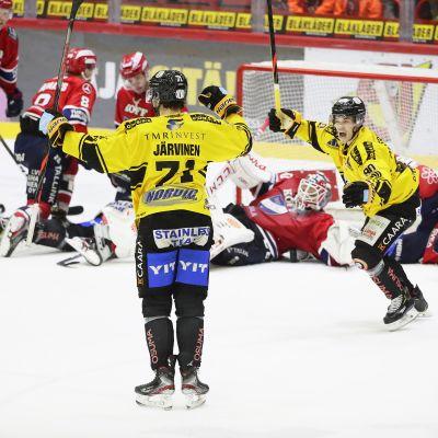 Kalpan Matti Järvinen ja Miikka Pitkänen juhlivat Jävisen 3-2-kavennusmaalia Liigan ottelussa HIFK vs Kalpa Helsingissä 1. helmikuuta 2020.