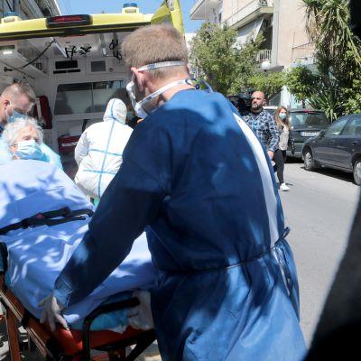 Ambulanspersonal transporterade en coronapatient från en privat klinik till ett sjukhus i Aten den 24 april.