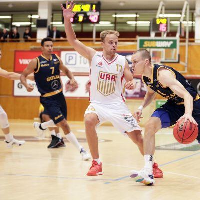 Seagullsin Antti Kanervo ja Uran Marius van Andringa Korisliigan ottelussa Seagulls vs Ura Basket Helsingissä 27. syyskuuta 2019.