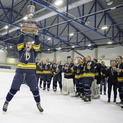 Ella Viitasuo nostaa mestaruuspokaalia. Espoo Blues on juuri voittanut Suomen mestaruuden 2019.