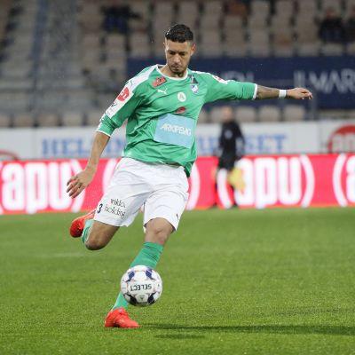 IFK Mariehamnin Robin Buwalda potkaisee palloa.