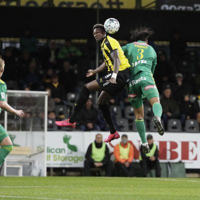 Hongan Macoumba Kandji ja Ilveksen Diogo Tomas jalkapallon Veikkausliigan ottelussa FC Honka vs Ilves