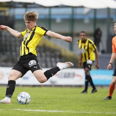 FC Hongan Niklas Pyyhtiä potkaisee palloa.