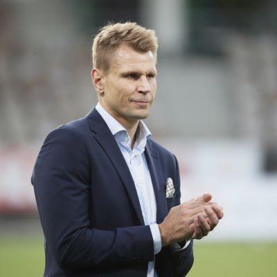 HJK:n päävalmentaja Toni Koskela taputtaa.