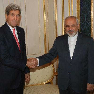 USA:s utrikesminister John Kerry och Irans utrikesminister Mohammad Javad Zarif skakar hand under mötet om irans kärnpolitik i Wien.