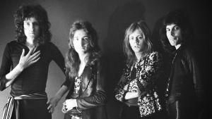 Queen-yhtye poseeraa mustavalkokuvassa vuonna 1974.
