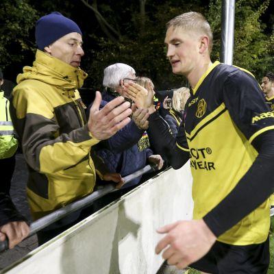 Richard Jensen tackar supportrar efter en match.