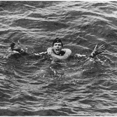 En tysk marinsoldat efter att tyskens u-båt sänkts av ett amerikanskt skepp.
