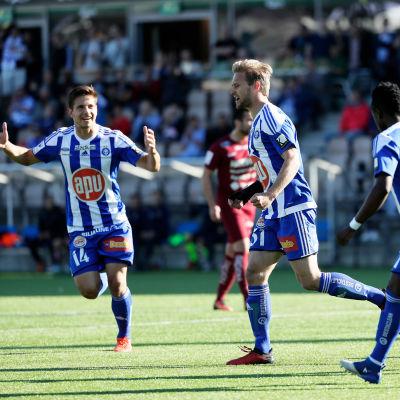 Akseli Pelvas firar mål