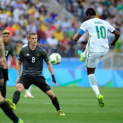 Nigerias John Obi Mikel och Tysklands Lars Bender i OS-semifinalen.